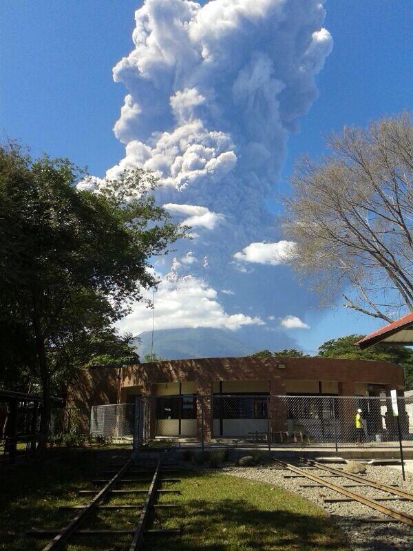 Se registran fumarolas saliendo del cráter del volcán #Chaparrastique, San Miguel @radio102nueve http://t.co/xtaE2cM2mO