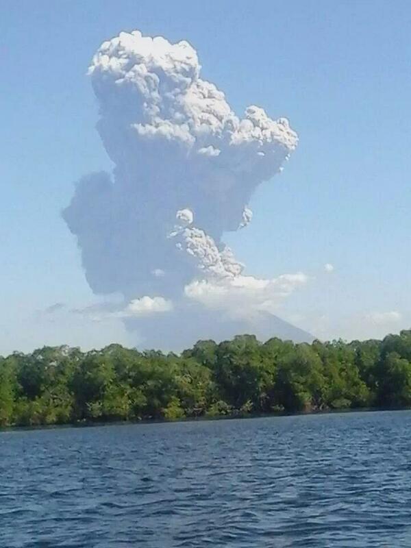 """""""@radioyskl: Habitantes de San Miguel observan fumarolas en volcán Chaparrastique.\SM http://t.co/jF8V50nZf4"""""""