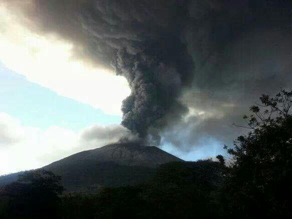 Así empezó erupción del Volcán Chaparrastique de San Miguel a las 10:30 am de hoy domingo 29 de Dic http://t.co/p3MbMXt1SR vía @teledos_tcs