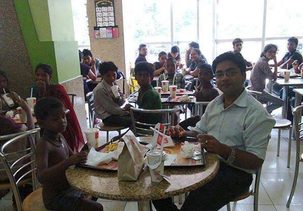 فكرة لموظف يحتفل بأول راتب له بدعوة الأطفال الفقراء إلى المطعم ..!!  رتويت إذا كنت توافق على تطبيقها في المملكة  http://t.co/7gO8YrfjY7
