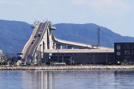 ダイハツのCMで出てくるあの傾斜と高さがヤバそうな坂は実在し、江島大橋という。 pic.twitter.com/QPq2MEgdSs