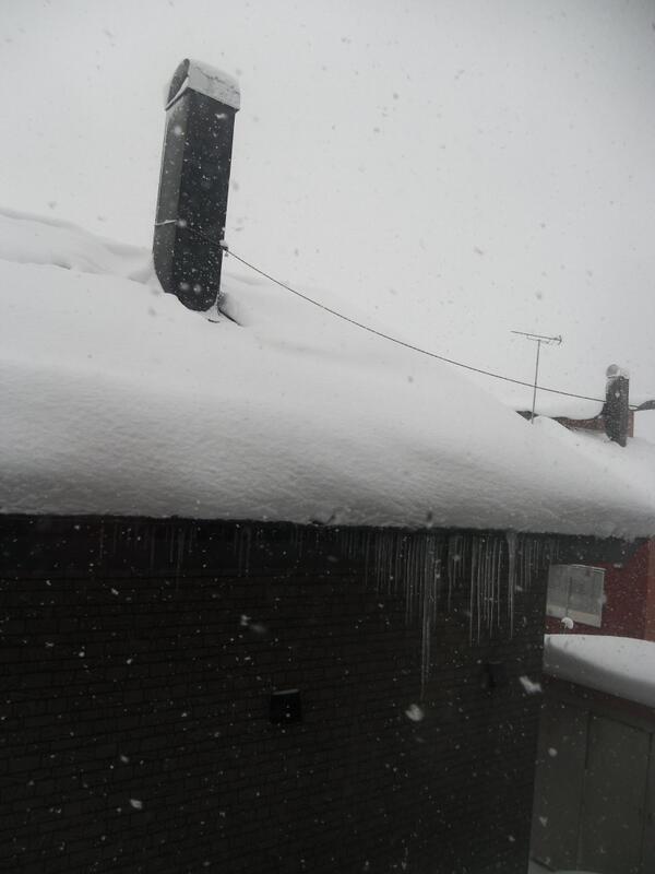毎年冬にツイートしてますが、ぶらさがっているつららをとるのは大変危険なので、雪国の子どもは触らないよう厳しく言われます。つららをとる→背後にくっついている氷まじりの固まったドカ雪が落雪→雪に埋まったり氷が刺さって死亡 となるからです。 http://t.co/BQd7LI053Y