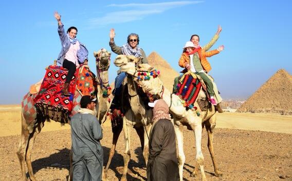 2014-01-08. [ NOTA ] Edith González y su familia pasean en camello por Egipto Bcy56e8CcAA9cje