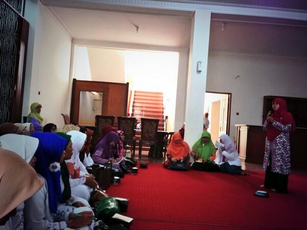 Ibu Runingsih hadir di acara pengajian ibu-ibu majelis taklim di rumah dinas wakil walikota bandung