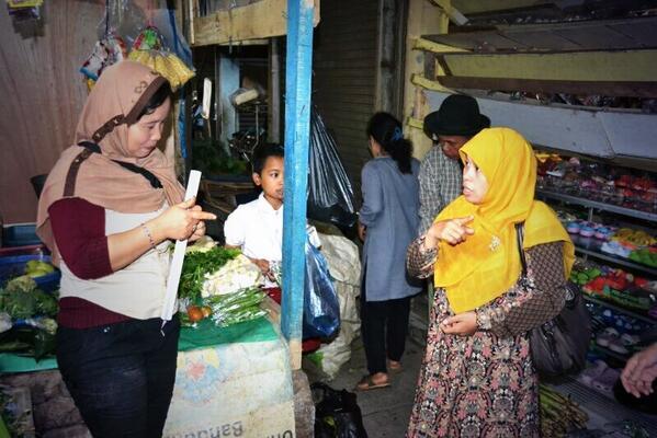 Ibu Runingsih berbelanja sambil menyapa pedagang pasar Sadang Serang