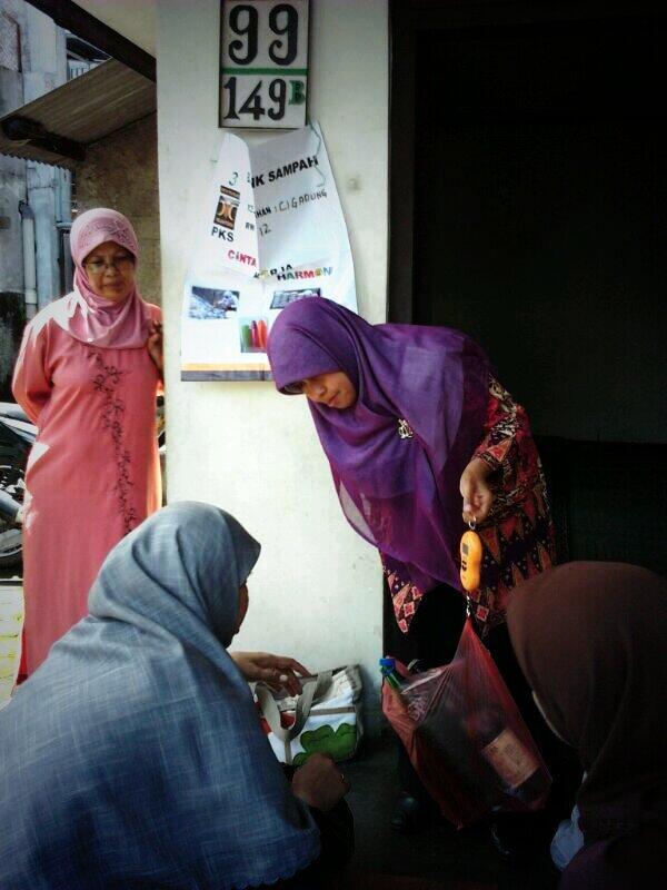 Ibu Runingsih hadir di kegiatan Bank Sampah RW 12 Cigadung