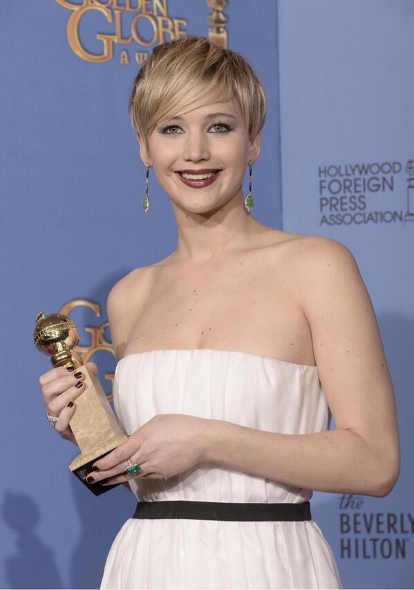 Jennifer Lawrence e seu Globo de Ouro na sala de imprensa http://t.co/vl7EKM8myw