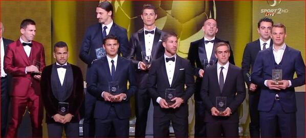 "Le #priceless regard d'Ibra vers Messi ! ""Pourquoi tu fais ça ?"" #BallondOr http://t.co/rH2Gjuaf9o"