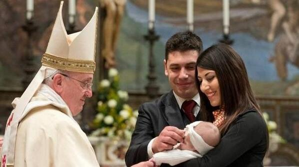 Pope Francis baptises baby of unmarried couple in Sistine Chapel in Vatican >>> http://t.co/giGXgeDKeW http://t.co/v8GgxEHPMl