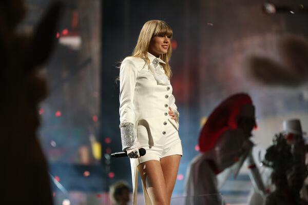 Premios y Nominaciones [Grammys: Primer mujer en la historia con 2 Album of The Year] - Página 20 Bd6UuqqCYAAK6X3