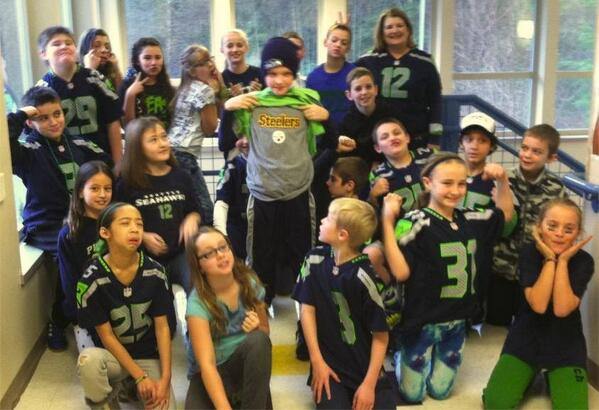 Brave little Steelers fan trolls his Seattle classmates with epic photobomb. http://t.co/8Zu6VblrDn http://t.co/5SnuizEykx
