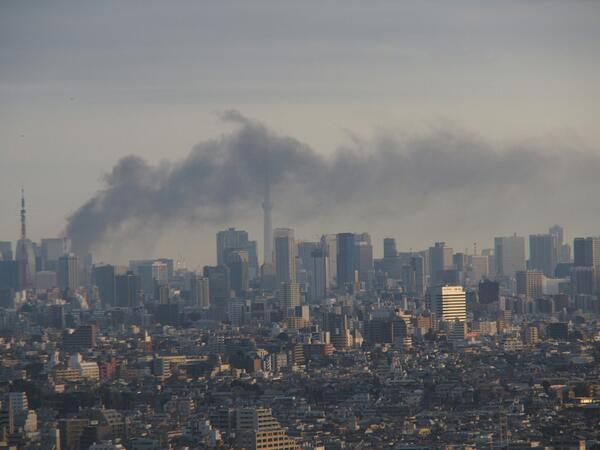 #武蔵小杉 から有楽町火災の煙。東海道新幹線、東海道線、山手線、京浜東北線が止まってます。横須賀線は動いている模様。 pic.twitter.com/f6jQmgIb4A