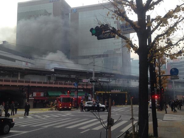 有楽町駅付近で火事。まだ燃えてます。 pic.twitter.com/apvWzWCdu7