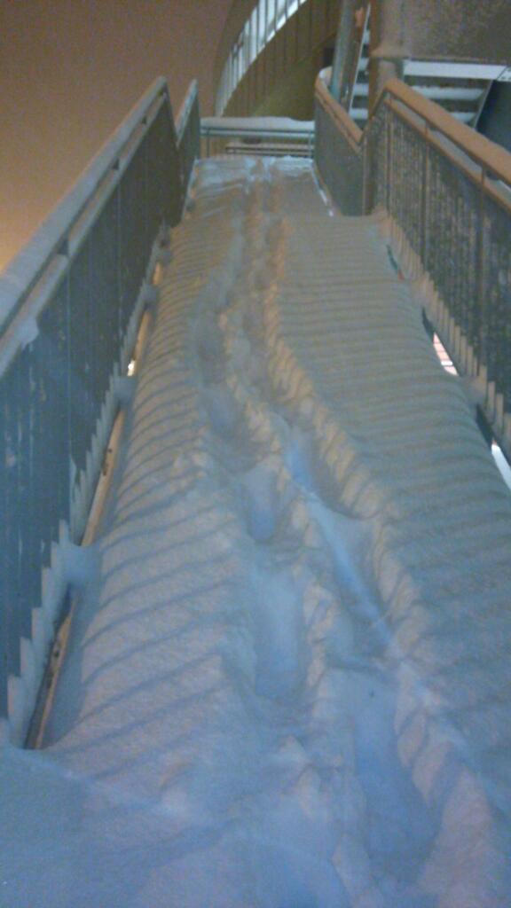 一般的な冬の北海道の階段 http://t.co/Q6r1TOYdRw