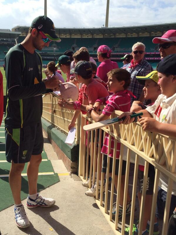 . @NathLyon421 a popular player amongst young fans kindly stops and signs autographs #ashes #pinktest @abcgrandstand http://t.co/rU3CYTtDTm