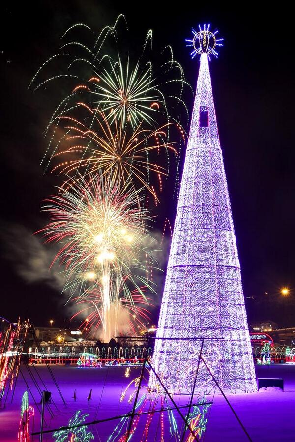 Fireworks tonight mark last night of Duluth's Bentleyville Tour of Lights. Pic by Clint Austin/DNT http://t.co/032cn7caDY