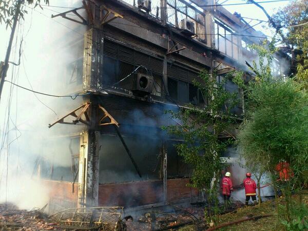 Api yang menjalar menghanguskan gedung yang biasa digunakan sbg tempat arsip dan ruang seminar departemen sosiologi http://t.co/byijf5cOoY