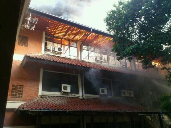 #kilas Gedung C FISIP UI terbakar pagi ini. http://t.co/VfM7LZ1dP6