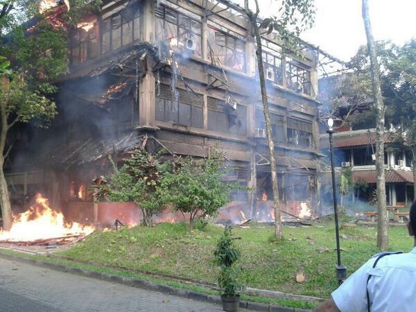 Tampak reruntuhan gedung C yang dilalap api pagi ini. http://t.co/ZazBJkLyAJ