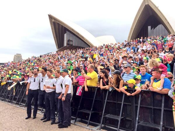 Great turn out from the fans at the Ashes celebrations! #Ashes #TheUrnReturns http://t.co/QDTSlhd3Mx