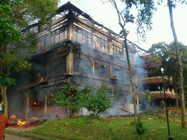 Gedung C FISIP UI yang terbakar merupakan gedung perkuliahan milik departemen Sosiologi http://t.co/zd6zAS6A4r