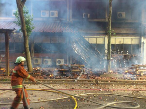 Menurut Hakim, kepala bagian pemadam kebakaran kota Depok, dugaan sementara api muncul akibat kerusakan AC http://t.co/dLw4ndSDBm