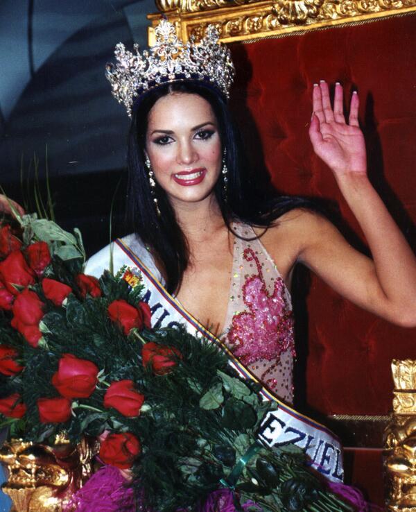 Recordemos la coronación de Mónica Spear como Miss Venezuela 2004 http://t.co/wbL21EE07A http://t.co/Uf0fUA1HOk