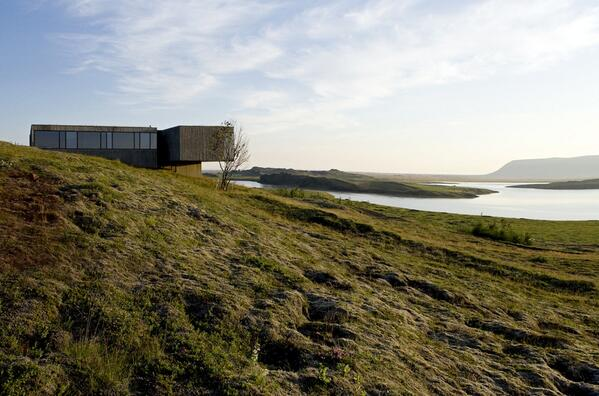 MT @DomusWeb PK arkitektar house stands over moss-covered hill w/ river view http://t.co/BE9hMfjeHE http://t.co/tIMz13NFSL v @Ana_MariaBM
