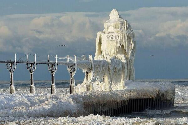 Lighthouse on Lake Michigan in Chicago today. Man. http://t.co/3uP928sLpg
