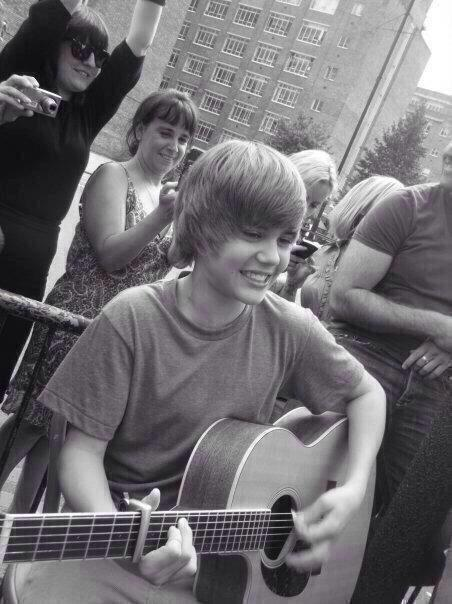 """who's your idol?""""  """"kidrauhl""""  """"what about justin?""""  """"well he's still my kidrauhl, just taller."""" #7YearsOfKidrauhl http://t.co/klNSf6pWkN"""