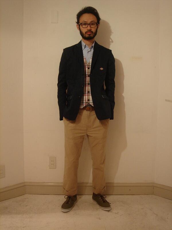 Dickiesのテーラードジャケットとシャツパンの着こなしですが、チェックのベストでカジュアルなテイストを添えている   #メンズファッション #fashion