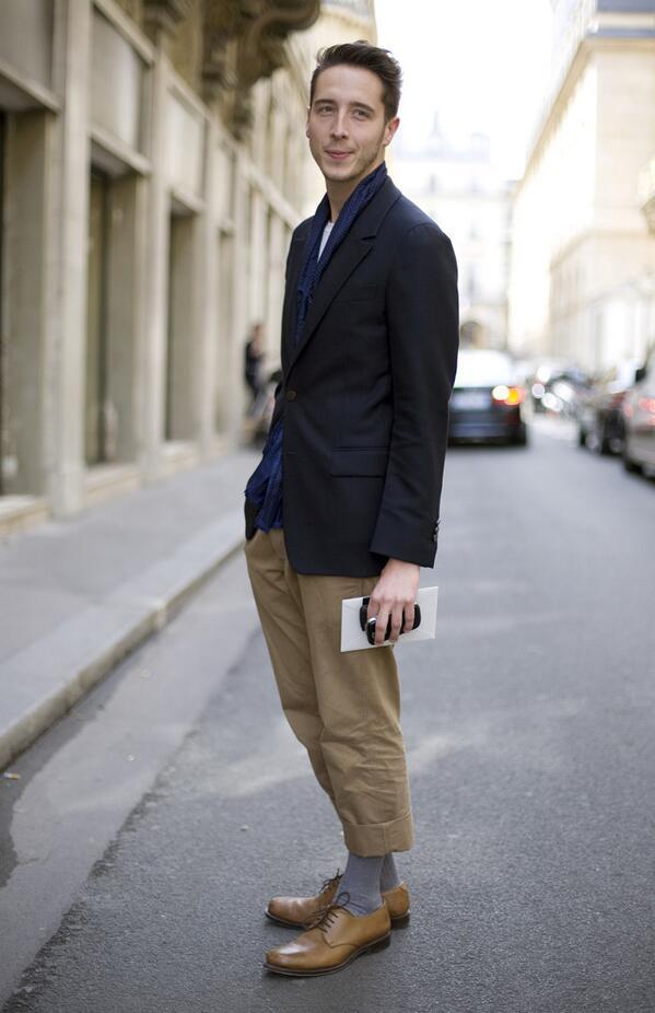 紺ジャケット×チノパン  定番の紺×ベージュの組み合わせ。シンプルですがカッコイイコーデ。   #メンズファッション #fashion