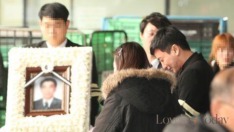 Suasana Pemakaman Ayah, Kakek dan Nenek Leeteuk http://t.co/jHYzFdVWOM http://t.co/B6j8wrcmHE