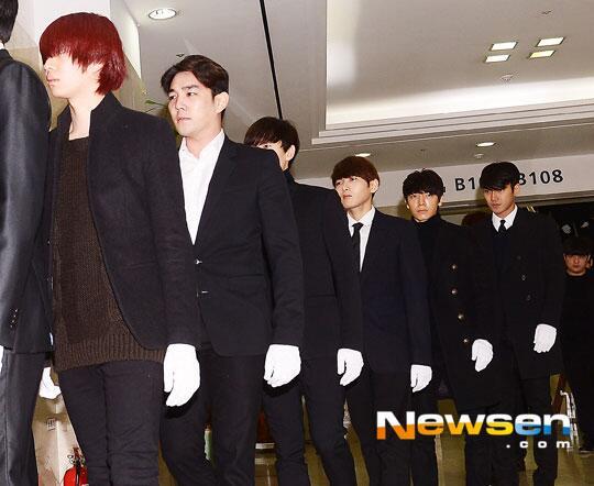 Foto: Super Junior Hadir di Upacara Pemakaman http://t.co/piYWgtNRWS http://t.co/GsBQKsX4Aq