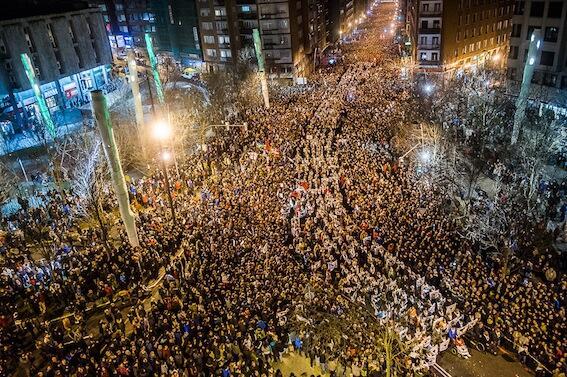 """Euskal Herria: Una multitud exige """"respeto a los derechos"""" de presos y exiliados. [vídeo] BduE2o0CUAIYhkB"""