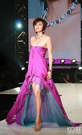 紫のドレスを着る藤原紀香