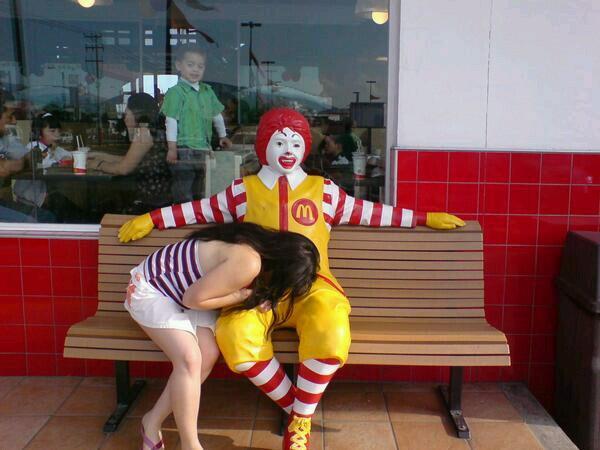 Ronald McDonald blowjob XXX porno lesbiske videoer