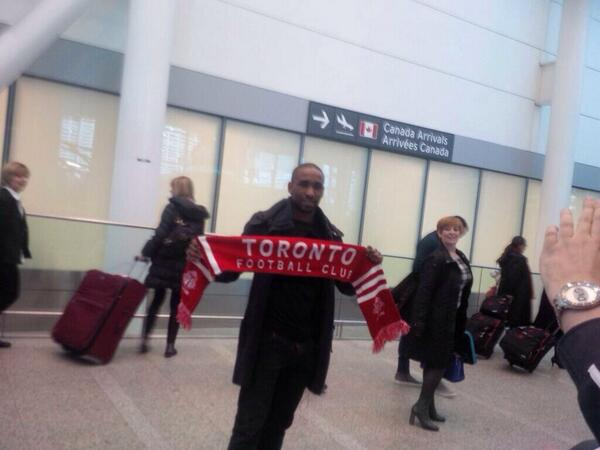 Tottenhams Jermain Defoe lands in Toronto; Poses with a Toronto FC scarf at the airport