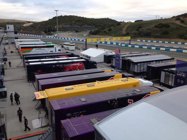 It's pretty nice at Jerez right now: a crisp morning and no-one around except the #F1 people, kit and cars http://t.co/KGHCgi9Jn9