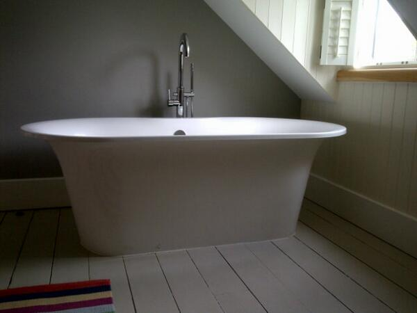 @iescape I'd love to go back to Llys Meddyg for another long soak in this gorgeous tub #IESCAPEtrips http://t.co/1w4tuWKsMJ