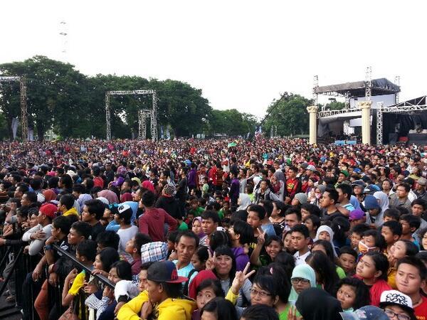 Terimakasih warga Surabaya/Jatim dan Madura yg sdh hadir di lap. Kodam V Brawijaya sore ini :) #YKS http://t.co/AvnvMX5Svj