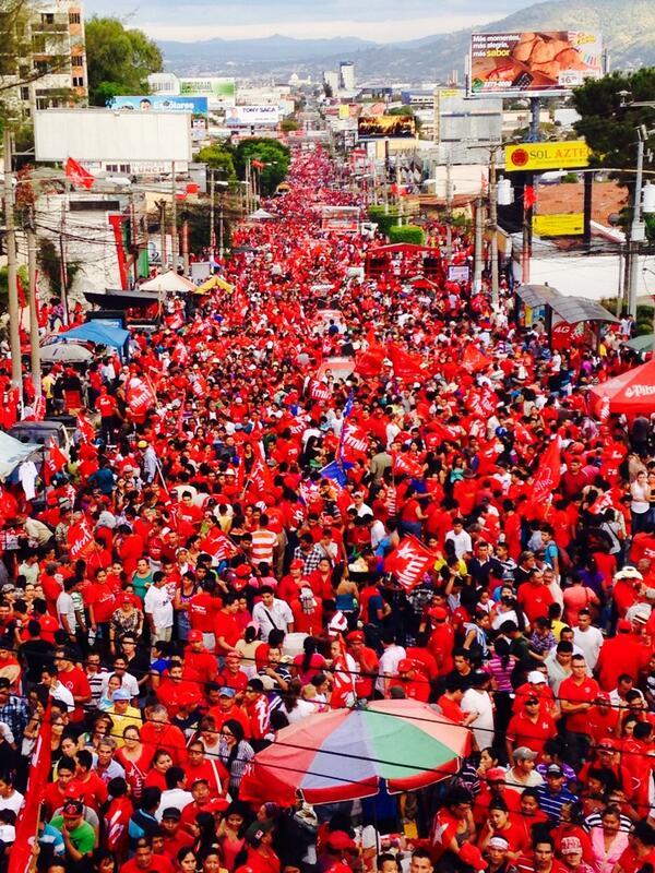 Multitudinario cierre de campaña de @FMLNoficial desde Redondel Masferrer hasta El Salvador del mundo http://t.co/6k0oYC1NwM