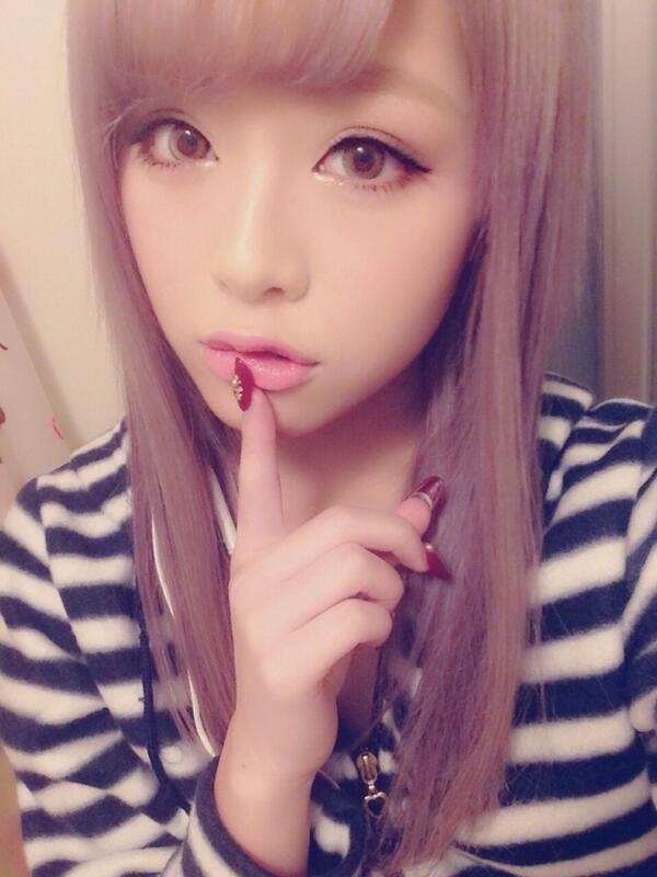 ポップティーン17歳モデル堀鈴香が第1子男児を出産で批判的声殺到の画像
