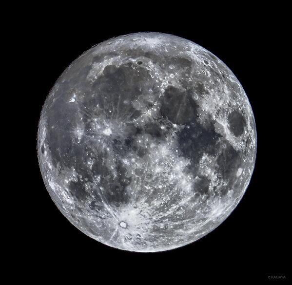 冬の星座を従えて空高く輝く十五夜の月。今夜はこの澄んだ月光が一晩中地上に降り注ぎます。(写真はさきほど望遠鏡で撮影したものです) pic.twitter.com/YTsk0P3N2m