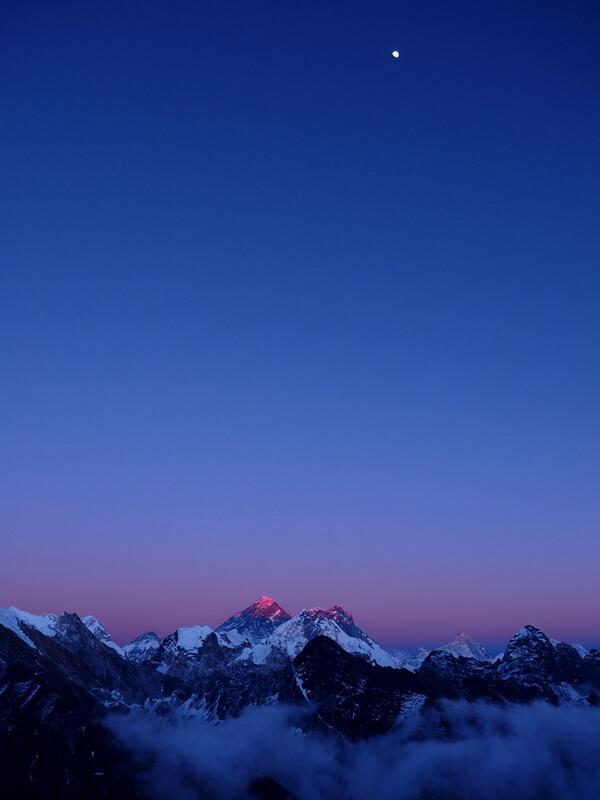 縦長パノラマの写真ですが、この写真いいでしょ!エベレストとお月様。ゴーキョの山頂に日没まで粘って撮影しましたが、鼻水が凍るほど寒かったんだ。苦労したかいがありました。いいでしょ! pic.twitter.com/tK2futpe3S