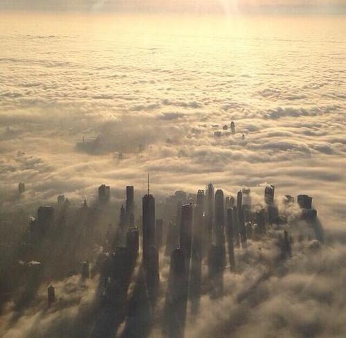 今朝は、NYを含む東海岸が「濃い霧」に覆われて、雲に包まれたような美しい景色を見せたよう。その写真がSNSでシェアされている。霧の中の摩天楼(写真) → http://photoblog.nbcnews.com/_news/2014/01/15/22314117-east-coasters-swoon-over-fog-photos?tumblr… pic.twitter.com/KgUTq7c6Fm