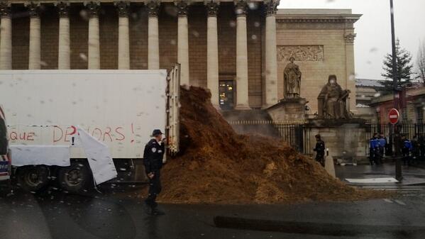 """le 26/01 sera le jour de colère: grande manifestation à PARIS- Plusieurs tonnes de fumier déversées devant l'Assemblée nationale : """"Hollande et toute la classe politique dehors !"""" BeF1LxMIgAA-dT0"""