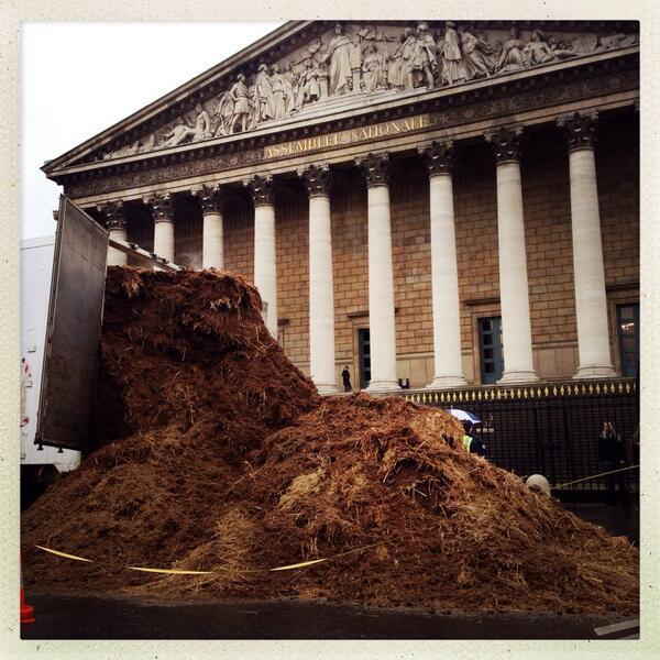 """le 26/01 sera le jour de colère: grande manifestation à PARIS- Plusieurs tonnes de fumier déversées devant l'Assemblée nationale : """"Hollande et toute la classe politique dehors !"""" BeF_wfpIcAA6OoN"""