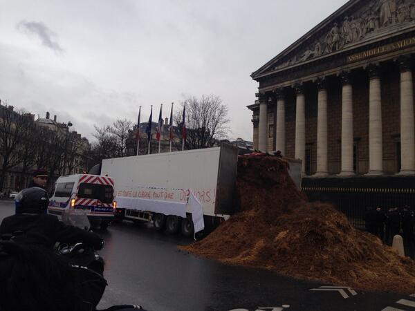"""le 26/01 sera le jour de colère: grande manifestation à PARIS- Plusieurs tonnes de fumier déversées devant l'Assemblée nationale : """"Hollande et toute la classe politique dehors !"""" BeFzlcXCYAE0Kc6"""