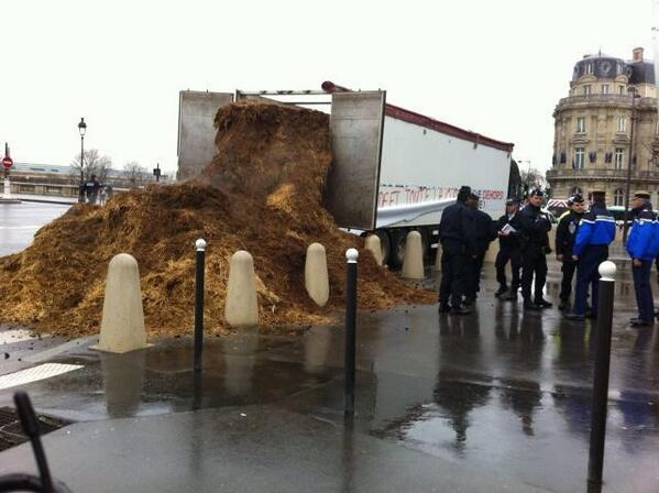 """le 26/01 sera le jour de colère: grande manifestation à PARIS- Plusieurs tonnes de fumier déversées devant l'Assemblée nationale : """"Hollande et toute la classe politique dehors !"""" BeGAZ2GIIAAJPqD"""